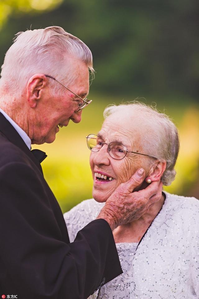 美国恩爱老人拍摄65周年纪念照,爱到白发苍苍依然甜蜜如初。
