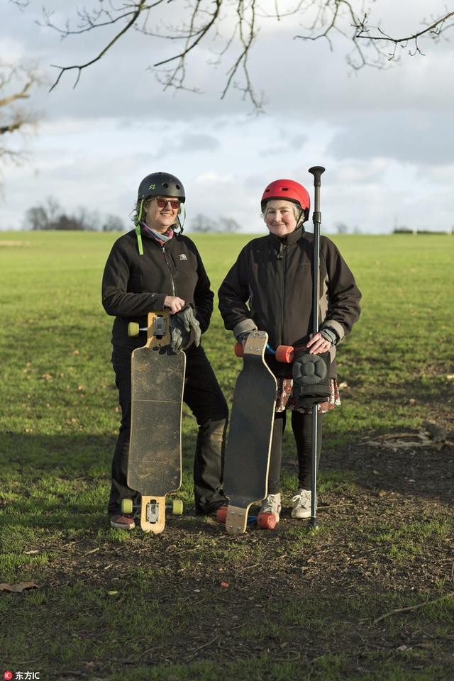 """刮目相看!外国""""老顽童""""带老头老太一起玩滑板。"""