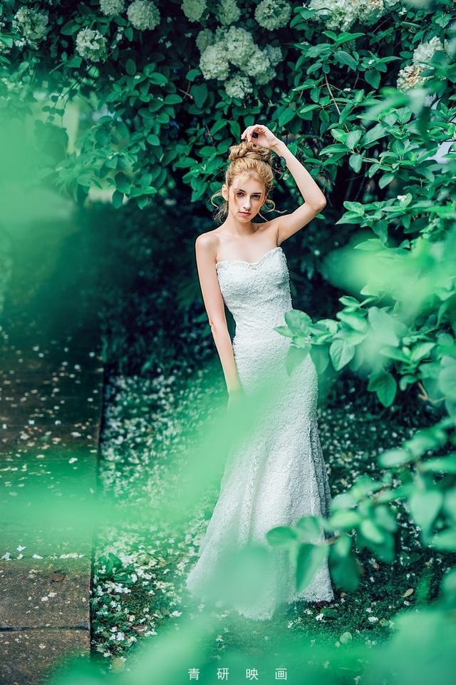 俄罗斯美女,漂亮蓝眼睛秀香肩。
