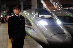 Daily life of bullet train conductor during Spring Festival travel rush