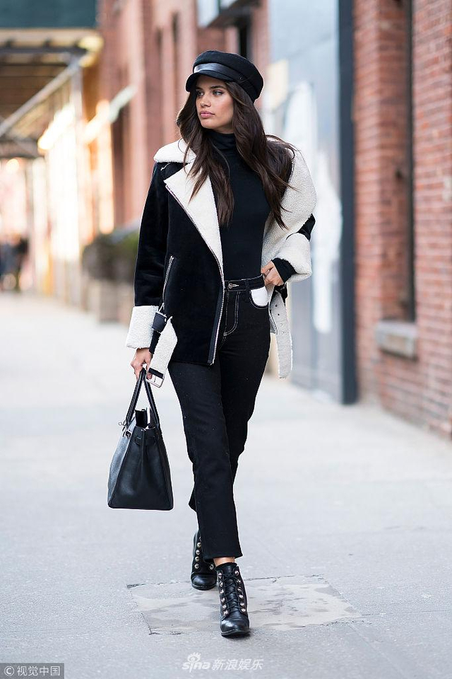新浪娱乐讯 当地时间2018年2月12日,纽约,90后维密超模实萨拉·桑帕约现身街头。她身穿黑白装酷劲十足秀大长腿。