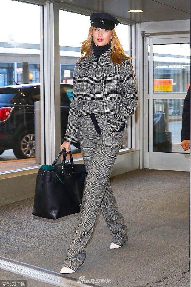新浪娱乐讯 当地时间2018年2月12日,纽约,罗茜·汉丁顿·惠特莉现身机场。她身穿暗格子条纹套装摩登高雅气质出众。