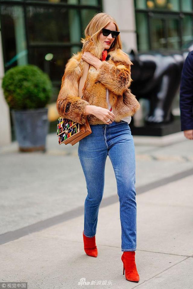 新浪娱乐讯 当地时间2018年2月10日,纽约,罗茜·汉丁顿-惠特莉现身街头,她身穿皮草搭牛仔裤,亦庄大红色短靴彰显时尚功力,简直成了行走的种草机,街拍分分钟变大片。