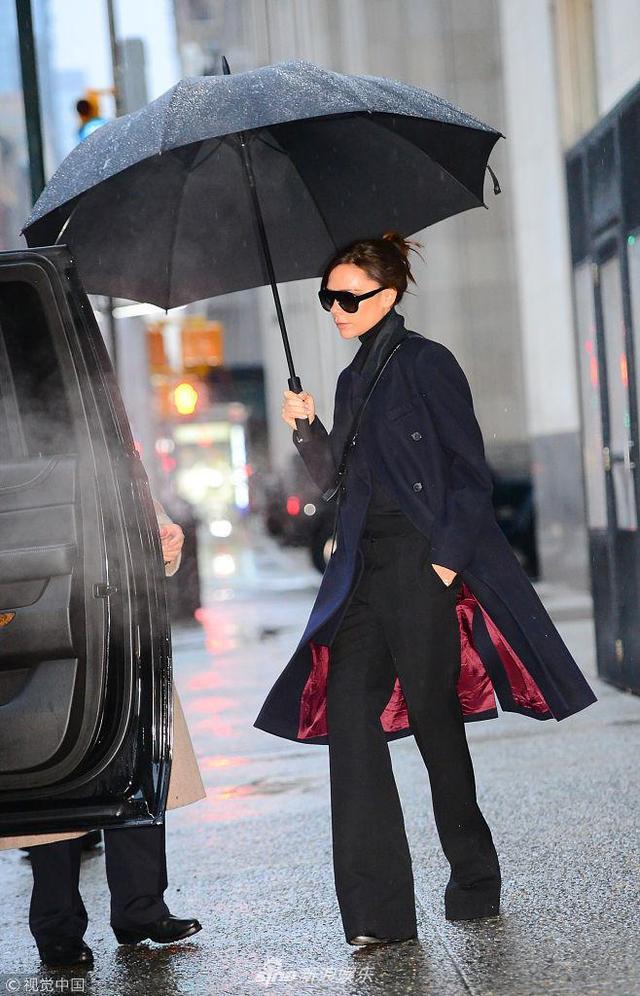 """新浪娱乐讯 当地时间2018年2月11日,维多利亚·贝克汉姆(Victoria Beckham)现身纽约街头前往准备自己的品牌大秀。维多利亚撑着一把黑伞,黑色的风衣随风飞舞,分分钟变时尚大片,她单手插兜,摆着""""冰块脸"""",气场2米8!(视觉中国/图)"""