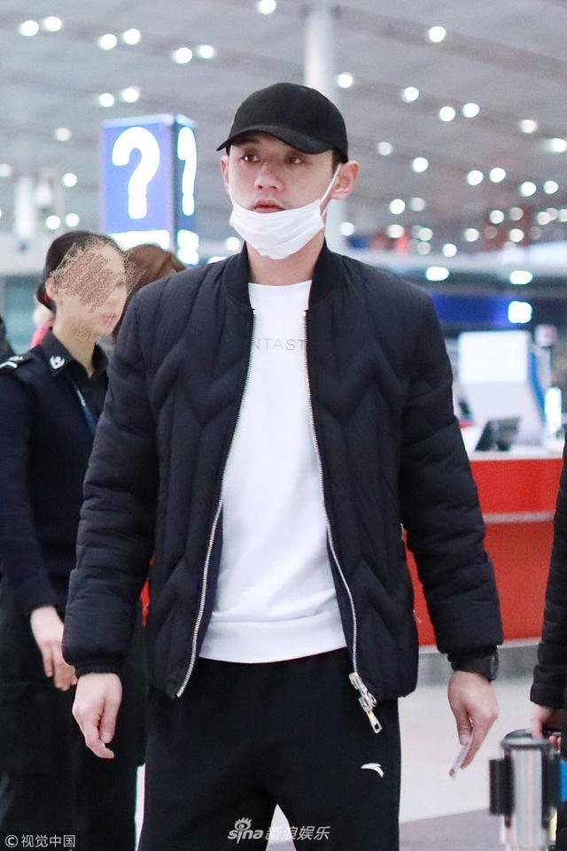 """新浪娱乐讯 2018年2月12日,张继科现身首都机场。当天他似与景甜""""认爱""""后现身,穿一身黑白运动风look,表情呆萌低调出行。(视觉中国/图)"""