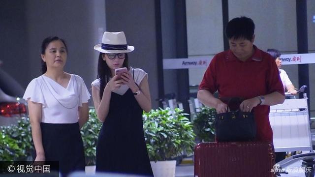 新浪娱乐讯 2017年8月13日讯,上海,日前,方媛返回上海获父母接机孕肚明显,一家三口打专车回家,方媛打电话似与郭富城报平安。图文/视觉中国