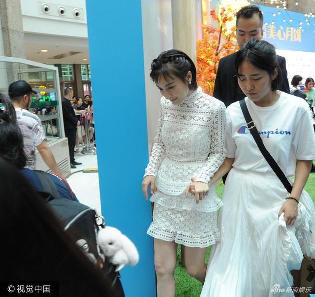 """新浪娱乐讯 2017年9月14日讯,上海,吴昕现身某商场出席活动,当日她一袭白色蕾丝裙装现身变""""小公举"""",穿高跟鞋下台阶获助理搀扶小心翼翼。图文/视觉中国"""