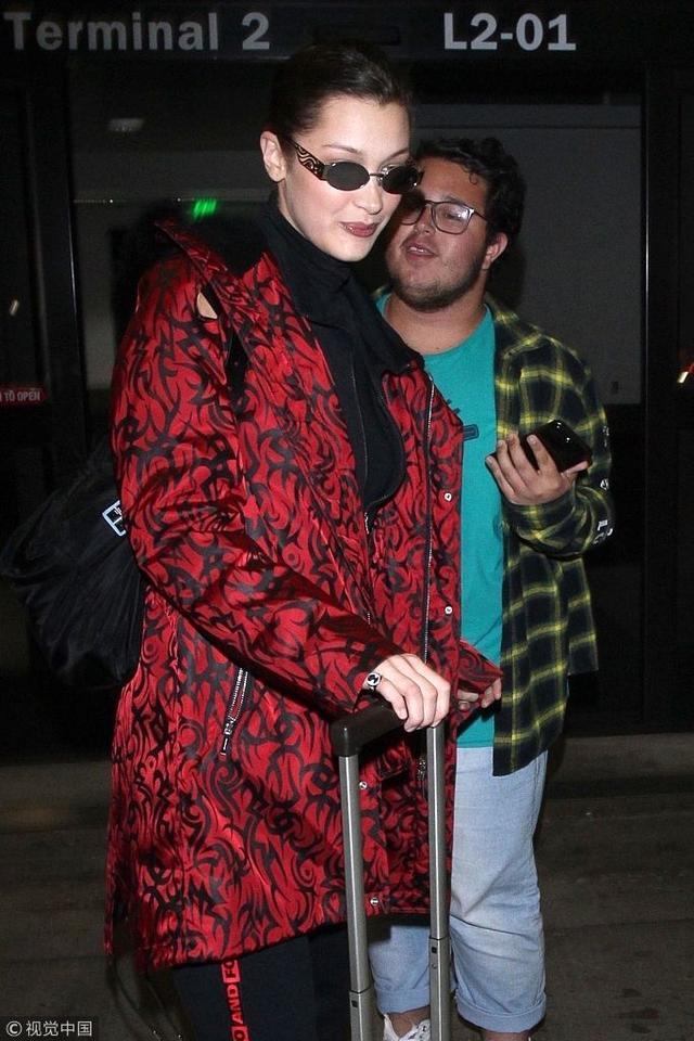 新浪娱乐讯  当地时间2018年3月11日,美国洛杉矶, 贝拉·哈迪德现身机场。她气质独特穿着时髦面无表情大步向前走,红色外套抢镜,当助理与她耳语时露出神秘微笑。