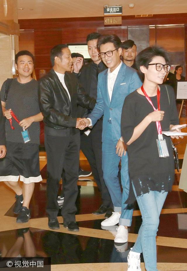 新浪娱乐讯 日前,靳东、陈道明现身上海某酒店。靳东和陈道明同时乘坐电梯下楼,握手寒暄,随后一路同行,最终在众多保镖开道下离开。