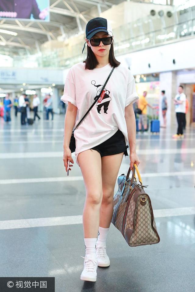 新浪娱乐讯 2017年7月17日,宋茜现身首都机场,白T配短裤大秀美腿, 架黑超戴鸭舌帽,拎提包冷酷到底。