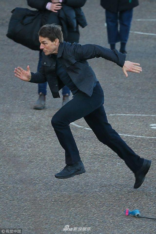 新浪娱乐讯 当地时间2018年2月11日,英国伦敦,汤姆·克鲁兹(Tom Cruise)现身电影《碟中谍6》片场。他当天在伦敦的百米高楼泰特现代美术馆上拍摄一场戏份,现场还出动了直升机,看起来相当危险,让看客都为他捏一把汗,真是拼命三郎。(视觉中国/图)