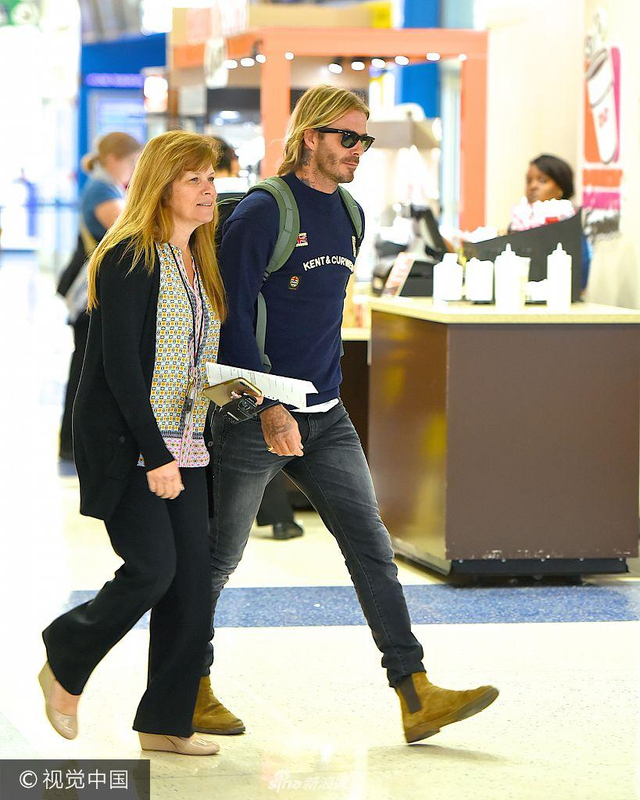 新浪娱乐讯 当地时间2017年9月8日,纽约,大卫·贝克汉姆(David Beckham)现身机场。大卫·贝克汉姆现身机场一路疾走,与工作人员一路热聊。(视觉中国/图)