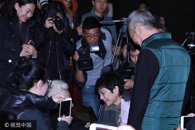 新浪娱乐讯 张艾嘉执导并主演的电影《相爱相亲》在北京电影学院开启高校巡演第一站。田壮壮首次担纲主演电影便入围金马奖最佳男主角,为96岁高龄母亲于蓝献花场景感人,张艾嘉蹲下与这位老艺术家交流,于蓝上个世纪六七十年代在电影《烈火中永生》中塑造的革命烈士江姐形象,无人能超越。