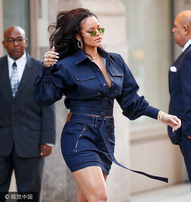"""新浪娱乐讯 当地时间2017年10月12日,纽约,蕾哈娜(Rihanna)现身街头,霸气甩发领口大开, 露""""大象腿""""气场高万丈。(视觉中国/图)"""