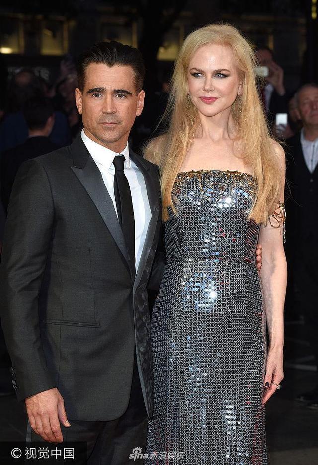 新浪娱乐讯 当地时间2017年10月12日,伦敦,第61届伦敦国际电影节(BFI London Film Festival),电影《圣鹿之死》(The Killing of a Sacred Deer)盛大首映。主演:科林·法瑞尔(Colin Farrell)现身。女主角妮可·基德曼(Nicole Kidman )身穿银色抹胸亮片裙大秀雪白香肩,气质高贵迷人。(视觉中国/图)