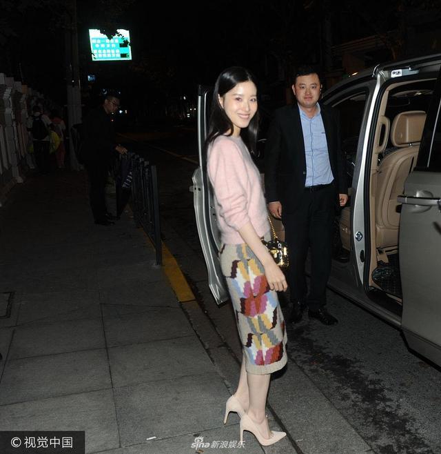 """2017年10月12日,上海,""""奶茶妹妹""""章泽天现身某酒店,与粉丝合影,真是美丽动人。章泽天离开酒店遭跟拍,不着急上车冲镜头回眸一笑。"""