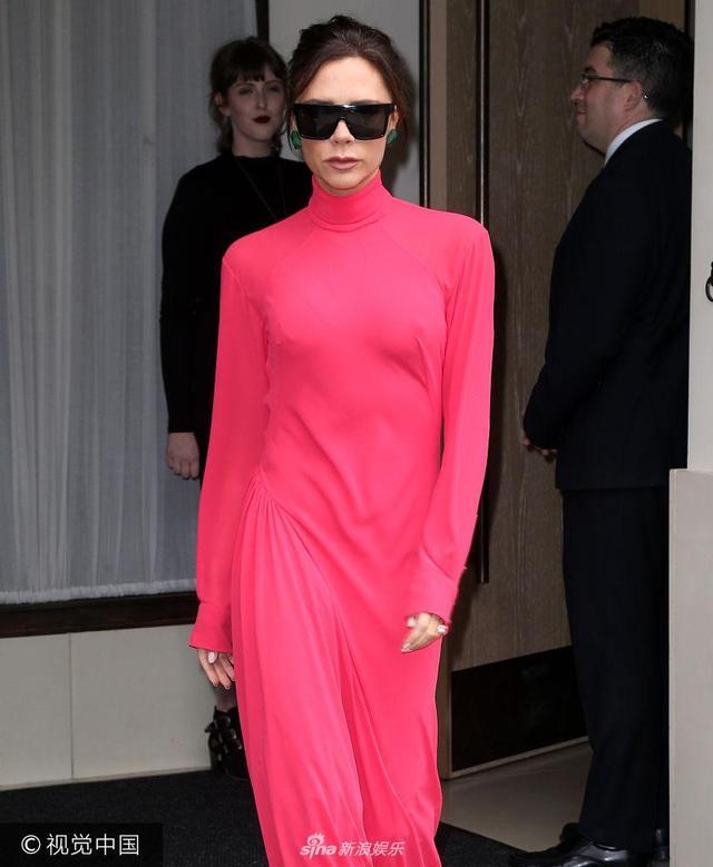 """新浪娱乐讯 当地时间2017年10月12日,纽约,维多利亚·贝克汉姆(Victoria Beckham)离开酒店被拍。维多利亚·贝克汉姆穿荧光红连衣裙,如""""行走的红辣椒"""" ,抡圆胳膊疾走似跳大秧歌。(视觉中国/图)"""