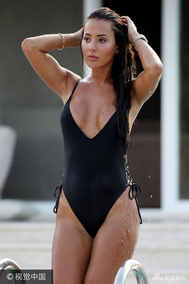 新浪娱乐讯 近日,真人秀女星Yazmin Oukhellou土耳其泳池边度假,泳装深V到胃秀事业线 ,撩湿发戏水显妖娆。