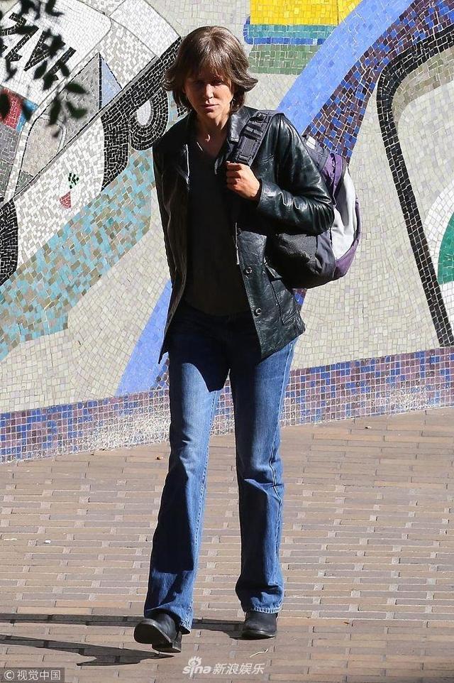 """新浪娱乐讯 当地时间2018年1月13日,美国洛杉矶,妮可·基德曼现身新片的拍摄片场,她顶着""""蘑菇头""""似假小子,身穿皮衣+阔腿裤,造型似复古文艺男,画风突变让人完全认不出。"""