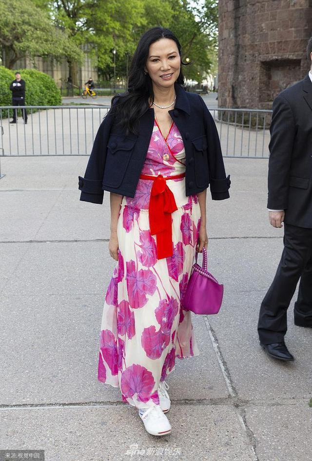 邓文迪穿花裙扮嫩减龄