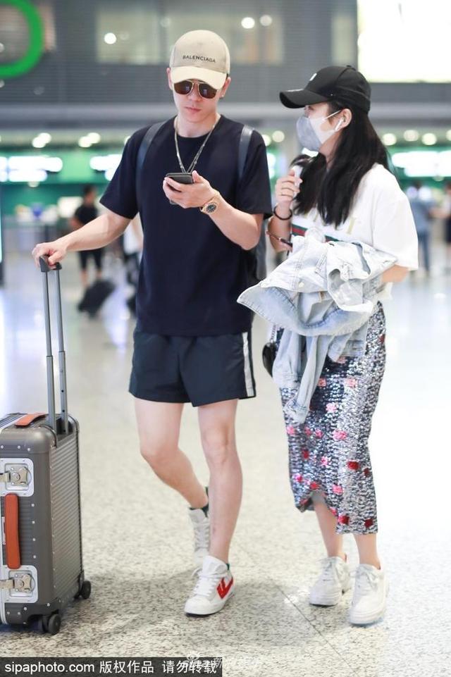 2018年5月16日,上海,王栎鑫夫妇现身上海机场。