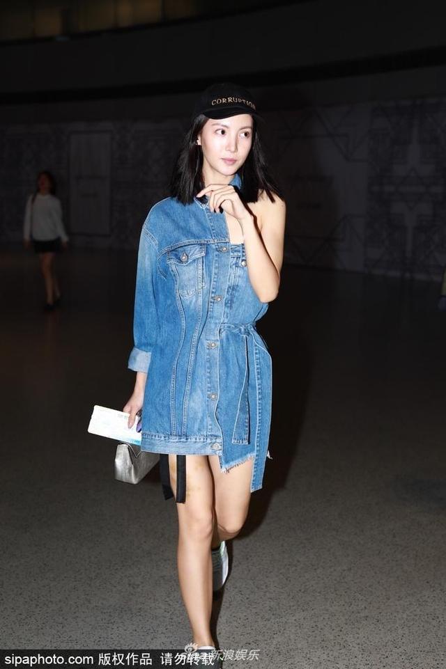 新浪娱乐讯 17日,金晨现身机场,别出心裁穿一半露一半的打扮超吸睛。