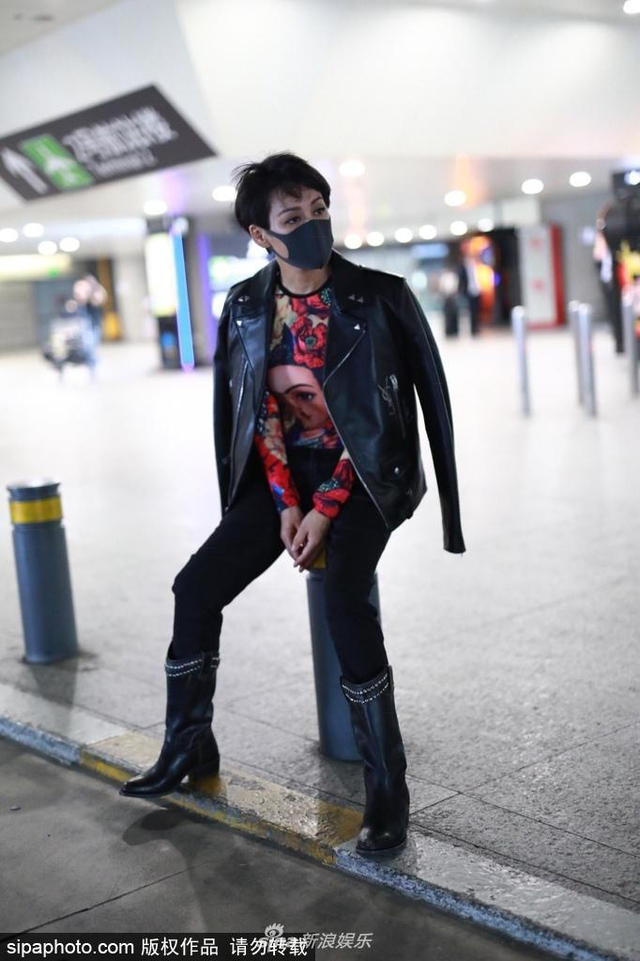 新浪娱乐讯 6月13日,宁静现身机场,身披黑色机车夹克,眼神犀利造型霸气。