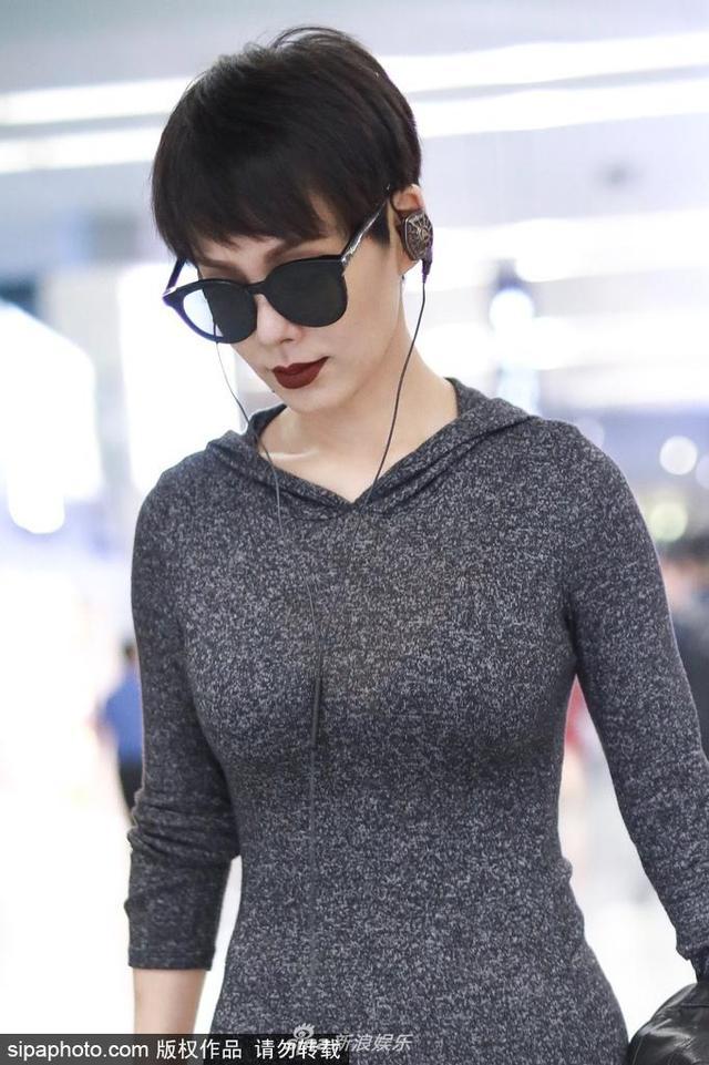 新浪娱乐讯 6月14日,宁静现身机场,穿包臀裙自信秀出完美身材曲线,烈焰红唇气场全开。