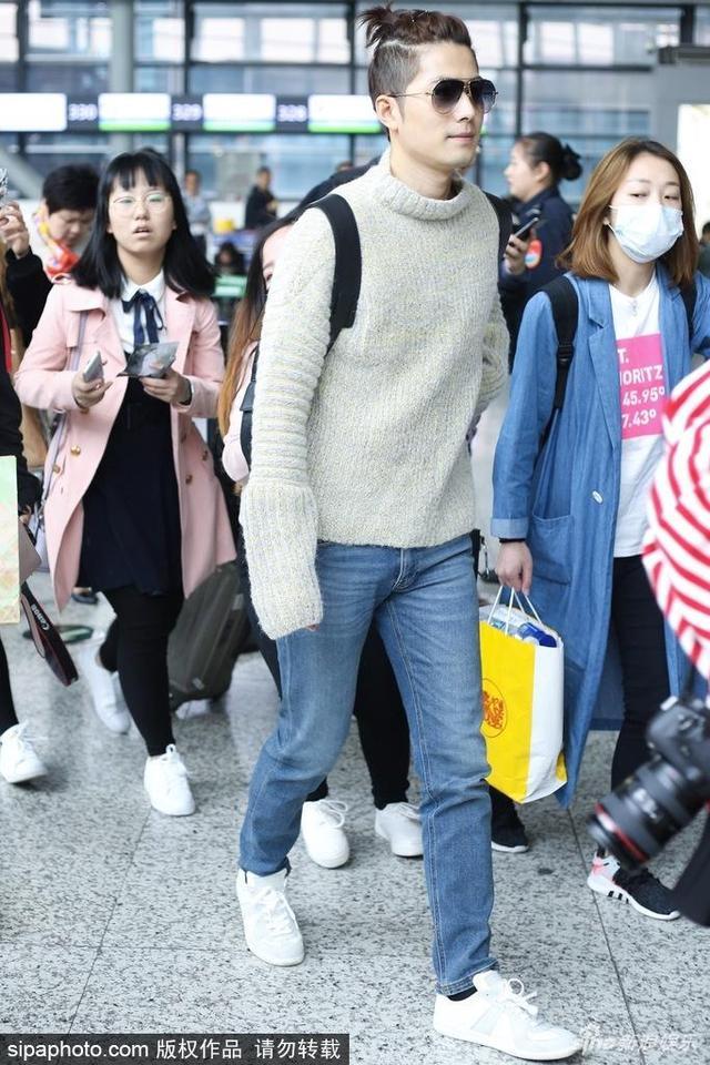 新浪娱乐讯 2018年4月16日,上海,陈学冬穿薄荷绿毛衣现身上海机场,头上扎小辫帅气抢眼。