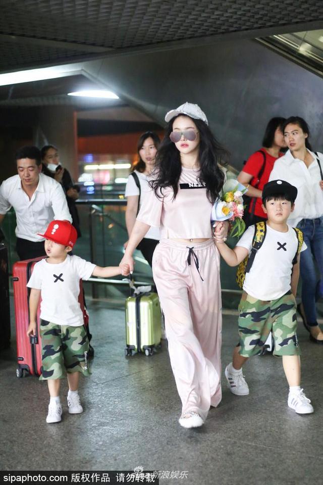 2018年6月12日,上海,冉莹颖携穿着兄弟装的两个儿子现身机场。