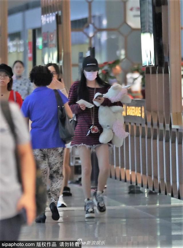 新浪娱乐讯 日前张馨予抱独角兽公仔现身机场,素颜口罩遮面低调无人识。
