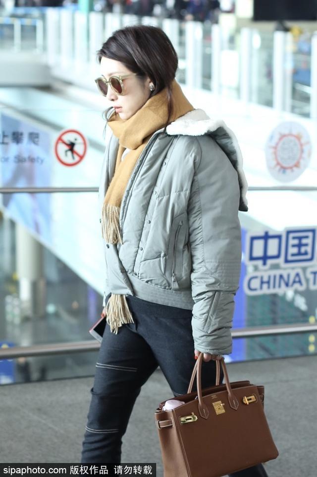 新浪娱乐讯 2018年1月13日,秦海璐现身北京机场,短款上衣配黑色紧身裤,戴墨镜单耳塞耳机,穿搭潮流时尚,却不小心被紧身裤暴露了小粗腿。