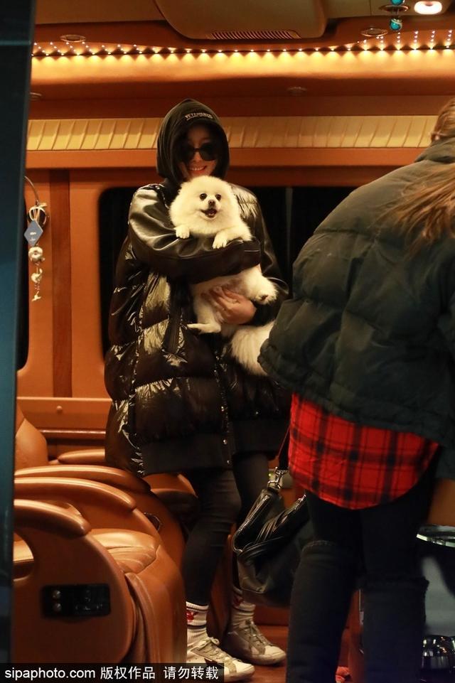 新浪娱乐讯 张馨予戴墨镜穿黑色超大羽绒服,超随意装扮现身北京机场,获爱犬接机,绽放灿烂笑容。