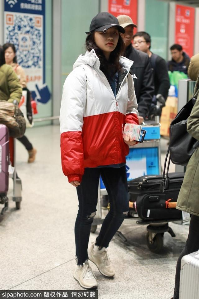 新浪娱乐讯 林允现身北京机场,身着红白拼色棉服慵懒随意,搭配牛仔裤小白鞋显得青春有活力。