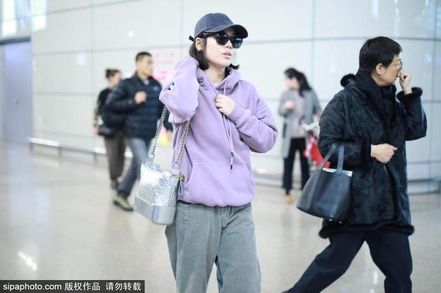 新浪娱乐讯 2月11日,马思纯现身上海机场。她身穿藕荷色连帽卫衣,搭配灰色休闲长裤,时尚又有型,墨镜遮脸显得潮范儿十足!(SIPA/图)