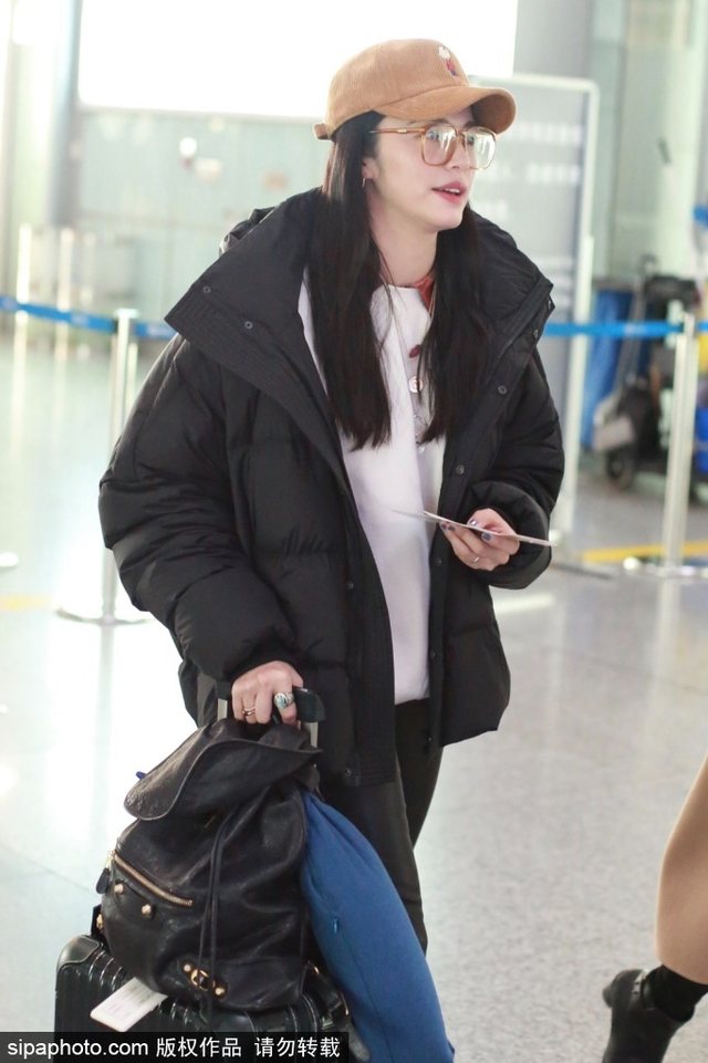 新浪娱乐讯 2月11日,姚晨现身北京机场。她一身黑白休闲装,头戴橙色鸭舌帽搭配同色眼镜,更显青春活力。(SIPA/图)