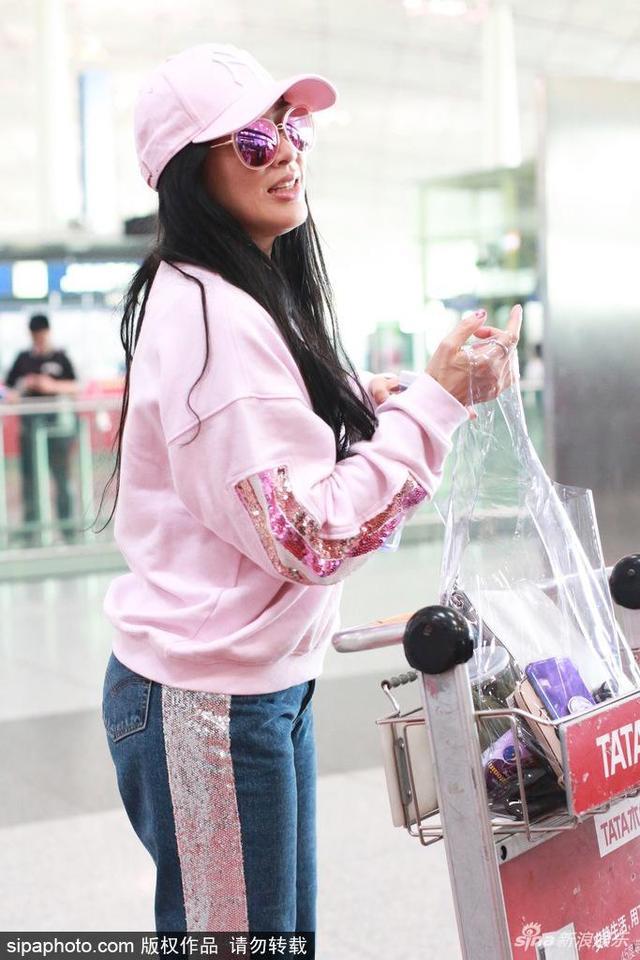 2018年4月16日,北京,钟丽缇与女儿考拉现身机场。