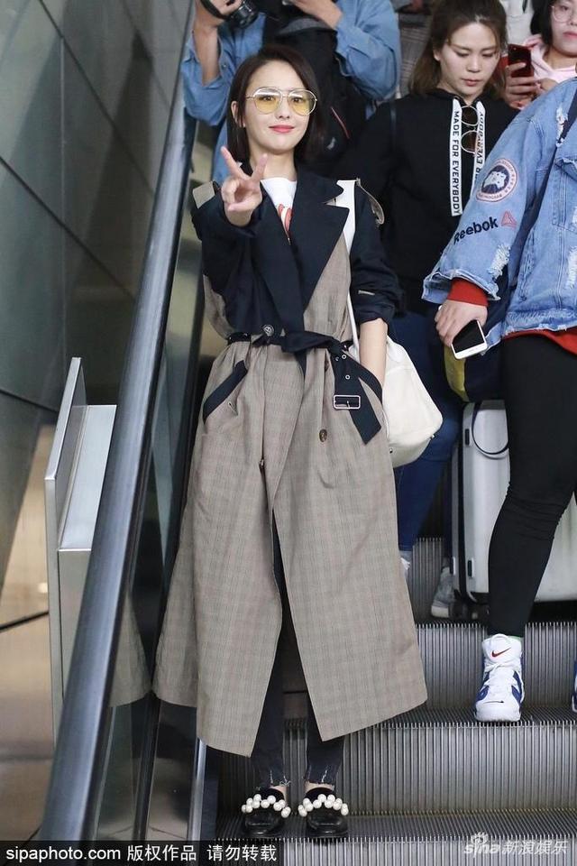 2018年4月16日,杭州萧山机场,佟丽娅现身。