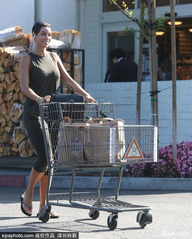 新浪娱乐讯 当地时间2018年5月14日,美国洛杉矶,美国女星妮可·墨菲出街购物。