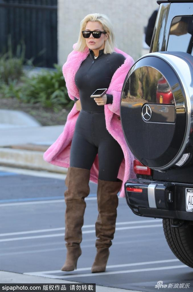 科勒·卡戴珊一早出街  穿粉色毛绒大衣气场十足