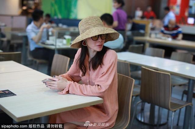 新浪娱乐讯 2018年6月13日,钟楚曦现身上海机场,身穿粉色衬衫裙搭遮阳帽演绎淑女温柔系。(sipa/图)