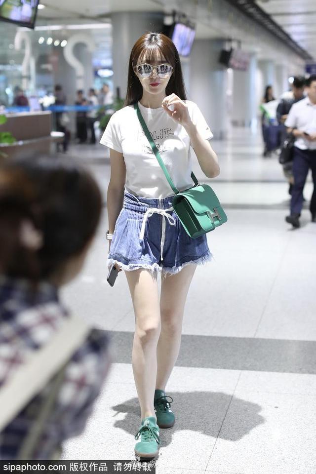 新浪娱乐讯 2018年6月13日,沈梦辰现身北京机场,白T短裙青春靓丽。(sipa/图)