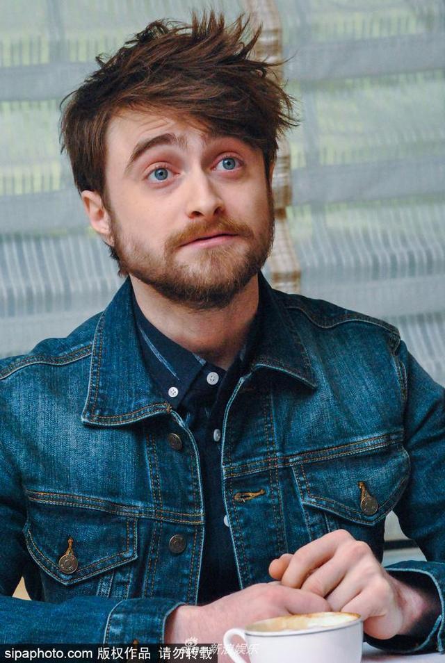 """新浪娱乐讯 当地时间2018年3月20日,美国纽约,""""哈利波特""""丹尼尔·雷德克里夫(Daniel Radcliffe)出席《奇迹缔造者》(Miracle Workers)发布会,造型滑稽似谐星。"""