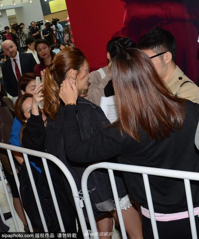 新浪娱乐讯 近日,刘芸与应采儿现身某活动,大庭广众的在化妆师的帮助下补妆,被粉丝围观拍照毫不在意。(sipa/图)