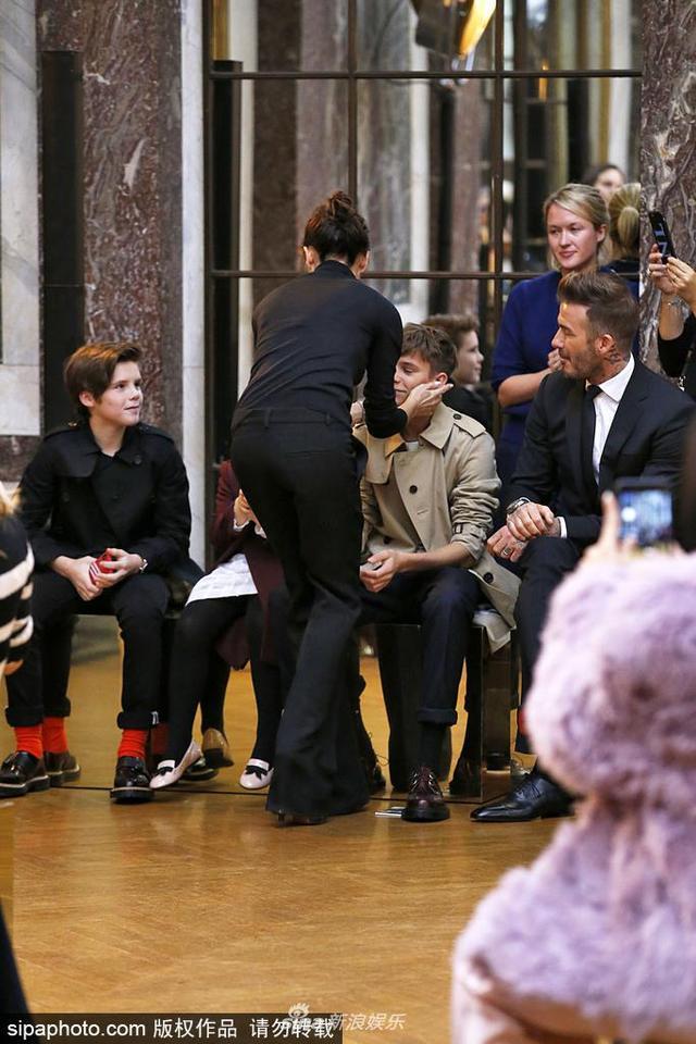 新浪娱乐讯 当地时间2018年2月11日,美国纽约,2018纽约秋冬时装周,本季谢幕之时,贝嫂一一亲吻到场的3个孩子:罗密欧、克鲁兹和小七,还有老公小贝,画面温馨十足。