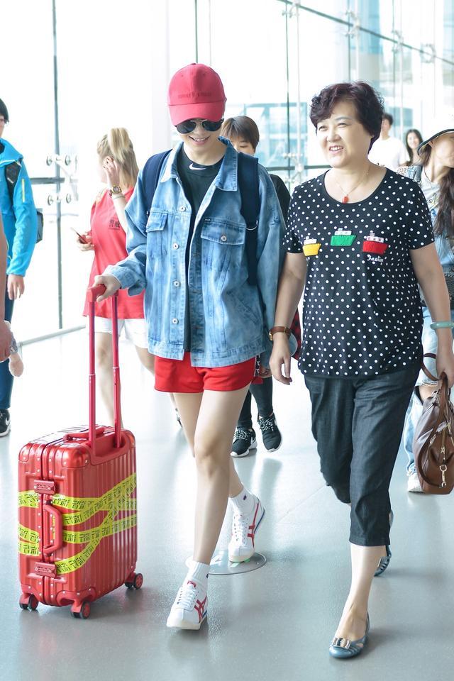 新浪娱乐讯 7月11日,李宇春与父母一同抵达重庆机场,一身轻松装扮的春春满脸笑意,全程紧牵妈妈的手,一起走出机场,画面温馨。李宇春2018流行(liú xíng)巡演本周末将迎来重庆收官站。
