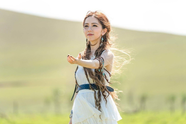 新浪娱乐讯 近日,曝光一组邓紫棋写真,照片中邓紫棋身处草原,一身白色短裙惬意甜笑,长发飘逸活泼灵动。