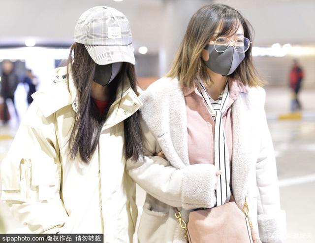 新浪娱乐讯 2019年1月11日,鞠婧祎现身上海机场,头戴鸭舌帽,口罩遮住脸颊 ,穿一袭白色羽绒服 ,看起来清新可人,遇到跟拍低头快走。 (SIPA/摄影)
