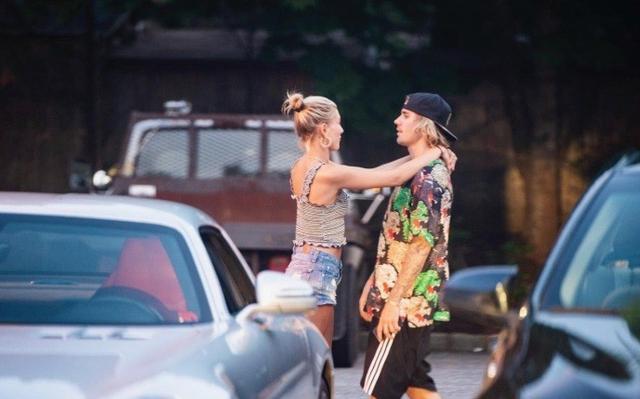 新浪娱乐讯 近日,比伯与海莉又被拍到街头热吻,这次他们随意坐在绿化带边甜蜜相拥,海莉还伸手摸比伯的头仿佛在安慰什么,眼中满满的爱意藏不住。