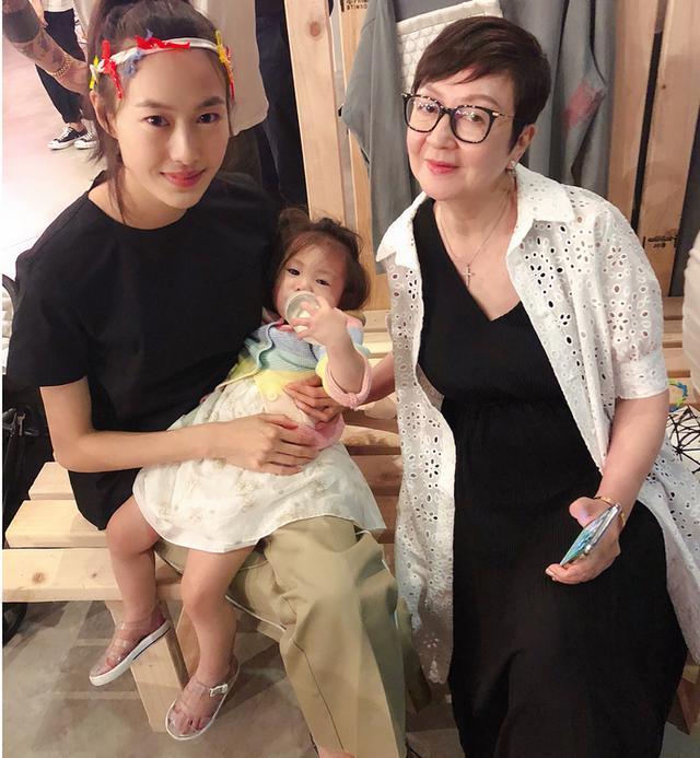 新浪娱乐讯 8月10日,陈冠希姐姐晒出一组Alaia萌照,照片中萌娃躺在妈妈怀中叼着奶瓶喝奶,大眼睛睡意朦胧超可爱。